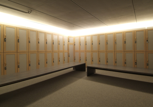De kaai fitness aerobic squash kortrijk for Moderne kleedkamer